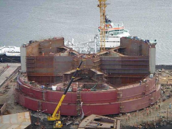construction of the oil rig offshore platform